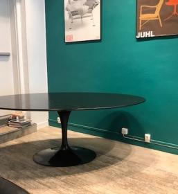 Table tulip Saarinen ovale en chêne noir édition Knoll
